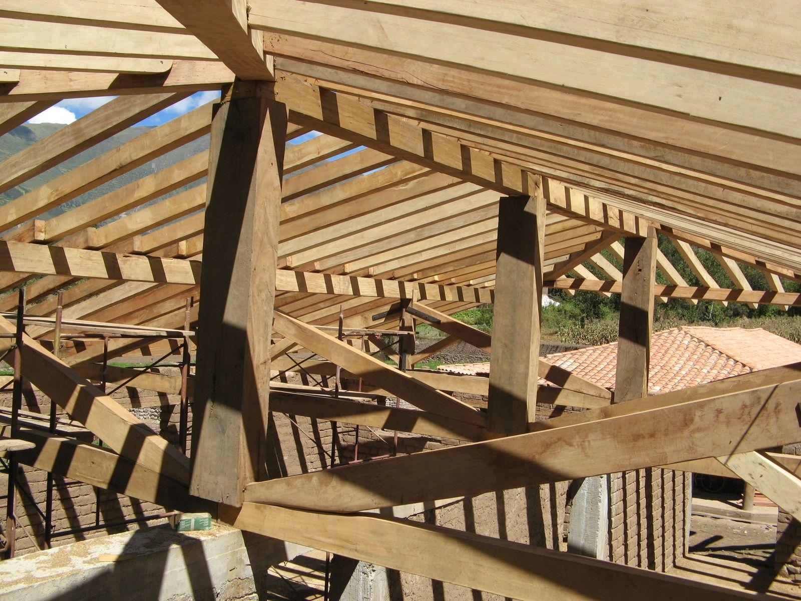 Sala Multiusos De Adobe Y Estructura De Madera